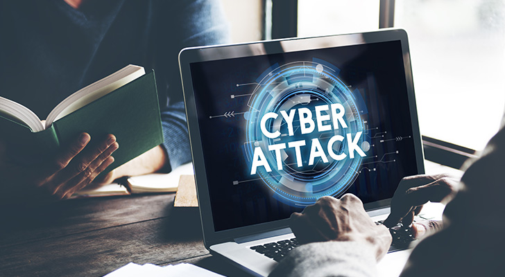 サイバー攻撃を受けるノートパソコン